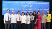 Nguyên lãnh đạo, lãnh đạo TP HCM chụp hình lưu niệm với cán bộ, nhân viên Website Thành ủy TPHCM. Ảnh: VOH
