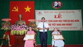 Tỉnh Trà Vinh trao tặng Danh hiệu Bà mẹ Việt Nam Anh hùng cho các mẹ. Ảnh: TTXVN