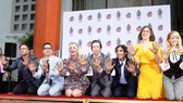 Dàn diễn viên The Big Bang Theory lưu dấu tay ở Hollywood