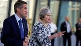 Bộ trưởng Quốc phòng Anh Gavin Williamson (trái) và Thủ tướng Theresa May. (Nguồn: Reuters)