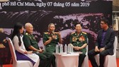 Giao lưu với các cựu chiến binh từng tham gia Chiến dịch Điện Biên Phủ. Ảnh: TTXVN