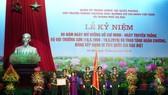Phó Chủ tịch nước Đặng Thị Ngọc Thịnh trao Quyết định và gắn Huân chương Lao động Hạng Nhì cho Hội truyền thống Trường Sơn - đường Hồ Chí Minh Việt Nam. Ảnh: VGP