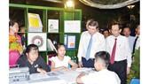 Chủ tịch UBND TPHCM Nguyễn Thành Phong và Phó Chủ tịch Thường trực UBND TPHCM Lê Thanh Liêm tham quan một gian đọc sách tại ngày hội