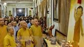Các Chư tôn giáo phẩm cùng đông đảo phật tử tham quan triển lãm văn hóa nghệ thuật Phật giáo với hơn 500 tác phẩm từ tranh ảnh, tượng và sản phẩm điêu khắc tại tuần lễ văn hóa. Ảnh: TTXVN