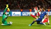 Gonzalo Higuain (áo xanh) trong pha ghi bàn ấn định chiến thắng 2 - 0 cho Juventus. Ảnh: Dailymail