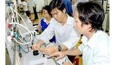 Sinh viên khoa Điện - Điện tử Trường ĐH Bách khoa TPHCM thực tập lắp mạch điều khiển động cơ một chiều.