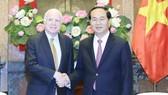 Chủ tịch nước Trần Đại Quang tiếp Thượng nghị sĩ John McCain. Ảnh: TTX