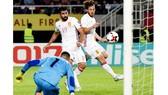Tiền đạo Diego Costa (số 19) trong pha ghi bàn vào lưới thủ thành Stole Dimitrievski của Macedonia. Ảnh: EPA