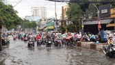 Đường Huỳnh Tấn Phát (quận 7) ngập nặng sau cơn mưa. Ảnh: MỸ HẠNH
