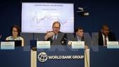 Ông Sebastian Eckardt, Chuyên gia kinh tế trưởng, Quyền Giám đốc WB tại Việt Nam trình bày báo cáo tại lễ công bố. Ảnh: TTXVN