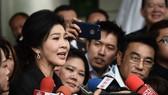 Bà Yingluck Shinawatra trả lời phỏng vấn sau khi rời Tòa án Tối cao ở Bangkok