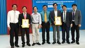 Ông Phạm Văn Tám (áo xanh), Trưởng Ban Quản lý Khu kinh tế tỉnh Trà Vinh trao giấy chứng nhận cho nhà đầu tư Dự án Nhà máy điện gió Duyên Hải