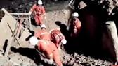 Lực lượng cứu hộ đang tìm kiếm người sống sót dưới đống đổ nát