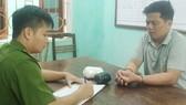 Công an huyện Quan Sơn lấy lời khai của đối tượng