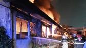 Cảnh sát PCCC phun nước từ ngoài vào để dập  lửa