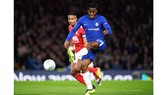 Michy Batshuayi (phải) lập cú hat-trick cho Chelsea. Ảnh: Chelsea FC