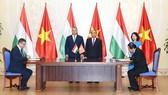 Thủ tướng Nguyễn Xuân Phúc và Thủ tướng Hungary Orban Viktor chứng kiến lễ ký kết các văn kiện hợp tác giữa hai nước - Ảnh: VGP