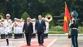 Thủ tướng Nguyễn Xuân Phúc và Thủ tướng Hungary Orban Viktor duyệt đội danh dự - Ảnh: VGP