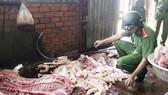 Thịt heo nằm vương vãi trên nền xi măng
