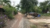 Nhà cửa, đường sá xuống cấp nhưng vài hộ dân vẫn phải bám trụ chưa thể di dời