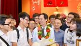 Thầy giáo Ngô Văn Thiệu (Trường THPT Nguyễn Hữu Huân) bên các học sinh trong ngày nhận Giải thưởng Võ Trường Toản. Ảnh: VIỆT DŨNG