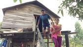 """Gia đình chị Nay Chuôn phải đi làm thuê để trả lãi vay """"tín dụng đen"""" 60 triệu đồng"""