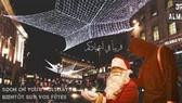 IS tuyên truyền hình ảnh ông già Noel bị trói tay. Ảnh: EXPRESS.CO.UK