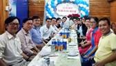Các bác sĩ, tình nguyện viên dự án y học cộng đồng họp mặt, trao đổi công việc