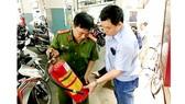 Cảnh sát PCCC TPHCM kiểm tra thiết bị chữa cháy tại một bãi giữ xe trên địa bàn quận 10