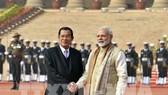 Thủ tướng Ấn Độ Narendra Modi (phải) tại lễ đón người đồng cấp Campuchia Samdech Techo Hun Sen (trái) ở New Delhi, Ấn Độ ngày 27/1. THX/TTXVN