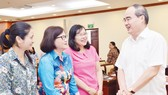 Bí thư Thành ủy TPHCM Nguyễn Thiện Nhân trao đổi cùng các đại biểu tại Hội nghị tổng kết công tác xây dựng Đảng. Ảnh: VIỆT DŨNG