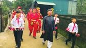 Nghệ nhân dân gian Hoàng Xuân Lựu (hàng đầu, mặc áo đen) cùng đội hát sắc bùa xã Kỳ Hải