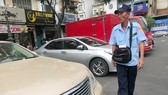 Nhân viên thu phí đậu xe khu vực chợ Bến Thành. Ảnh: VIỆT DŨNG