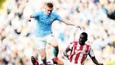 Kevin De Bruyne (trái) và Man.City sẽ đánh bại Stoke City để thoải mái bắt đầu kỳ nghỉ?