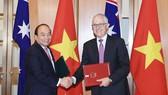 Thủ tướng Nguyễn Xuân Phúc và Thủ tướng Australia Malcolm Turnbull ký tuyên bố chung về thiết lập quan hệ Đối tác chiến lược Việt Nam-Australia. Ảnh: TTXVN