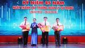 Phó Bí thư Thành ủy Võ Thị Dung tặng Bằng khen của Trung ương Đoàn cho các tập thể tiêu biểu
