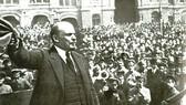 V.I.Lênin đọc diễn văn tại Quảng trường Đỏ ở Mát-xcơ-va trước các đơn vị tham gia khóa huấn luyện quân sự toàn dân, ngày 25-5-1919. Ảnh: TƯ LIỆU