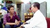 Chú Lê Thanh Vân (phải) thăm hỏi, trò chuyện với anh Lưu Quốc Hoa