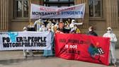 Biểu tình phản đối tập đoàn hóa chất Monsanto và Syngenta ở Basle, Thụy Sĩ ngày 6/4. (Nguồn: EPA/TTXVN)