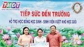 Ông Ngô Thanh Trí - Phó Giám đốc Công ty TNHH MTV Xổ số kiến thiết tỉnh Đồng Tháp trao suất học bổng cho em Nguyễn Thị Kim Thùy