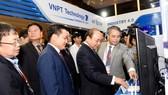 Lãnh đạo VNPT giới thiệu những giải pháp, sản phẩm công nghệ mới của VNPT với Thủ tướng Chính phủ Nguyễn Xuân Phúc và các quan khách tại sự kiện Industry 4.0 Summit 2018
