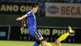 Tiền đạo Anh Đức trong pha đối mặt với thủ môn Than Quảng Ninh. Ảnh: NGUYỄN NHÂN