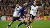 Messi (giữa) trong cuộc đối đầu với Valencia trước đây