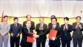 Thủ tướng Nguyễn Xuân Phúc chứng kiến lễ trao văn kiện hợp tác giữa 2 nước