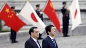 Thủ tướng Trung Quốc Lý Khắc Cường (trái) và Thủ tướng Nhật Bản Shinzo Abe trong chuyến thăm Nhật Bản tháng 5 vừa qua
