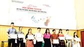 Bà Đỗ Thu Hoàng - Phó TGĐ TMV trao Học bổng cho các học sinh sinh viên