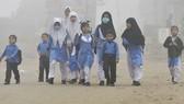 Học sinh tiểu học ở Lahore, Pakistan đến trường trong bầu không khí mù mịt khói bụi