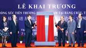 Thủ tướng Nguyễn Xuân Phúc và các đại biểu thực hiện nghi thức kéo vải mở biển hiệu, khai trương Văn phòng Xúc tiến thương mại Việt Nam tại Hàng Châu