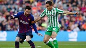 Lionel Messi che bóng trước Andres Guardado của Real Betis