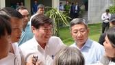 Chủ tịch UBND TPHCM Nguyễn Thành Phong trao đổi cùng người dân Thủ Thiêm. Ảnh: Việt Dũng